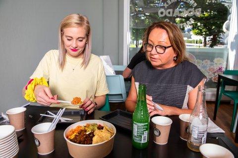 SMAKER: Juni Wendelin Fasting og Eva Rinker smaker på en rekke retter ved den nyåpnede restauranten, som allerede er godt besøkt.
