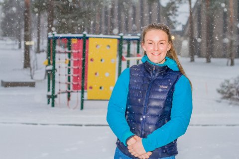 ENSOMME: – Jeg tror de aller fleste føler på ensomhet nå, i en eller annen skala, sier Julie Fløtlien (26).