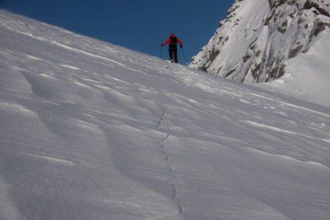 Sprekkdannelser i snøen er et typisk faretegn.