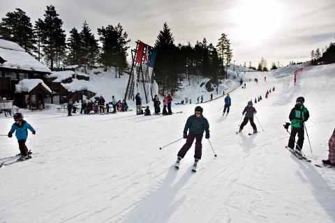 MYE FOLK: Koronaen setter begrensninger på hvor mange som kan være i skisenteret samtidig. Lørdag ble det fullt på formiddagen.