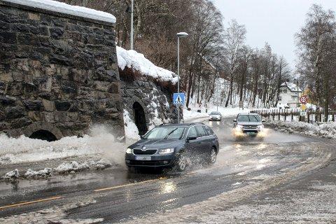 TETTE SLUK: Arbeidet er i gang med å åpne sluk i Rjukan hovedgate - her fra vanndammene i Kirkesvingen (alle foto Patrick Hansen)