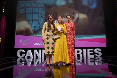 PÅ SCENEN: Regissør Liv Mari Ulla Mortensen (til venstre), skuespiller Darin Hagi og produsent Lotte Sandbu har tatt imot prisen.
