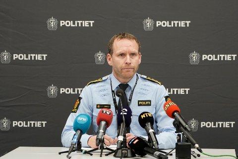 PRESSEKONFERANSE: Politiinspektør Per Thomas Omholt i Sør-Øst politidistrikt fortalte lørdag om status i etterforskninga av drapene på Kongsberg. Her kom politiet også med navnene på de fem drepte.