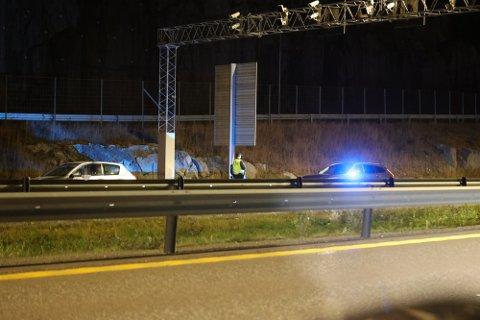 Bilen til venstre i bildet ble stoppet av politiet ved Bommestad mandag kveld.