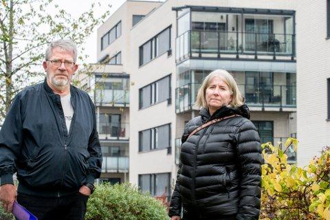 RÅDVILLE: Jan Widar Iversen og Sølvi Østom forteller at mange i borettslaget nå er rådville etter at Statsforvalteren har slått fast at disse balkongene er ulovlige.