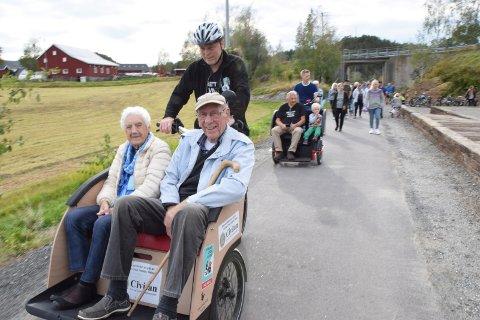 BLIR FORLENGET: Kragerøbanen blir forlenget som turvei. Her fra åpningen av den første strekningen i september 2019. Den gamle stasjonsmesteren Knut Haugland og Aud Nesland var de første i rekka.