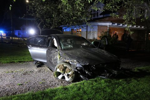 TOTALVRAK: BMW-en ble totalvrak i utforkjøringa, mens den 24 år gamle sjåføren nærmest kom uskadd fra det hele.