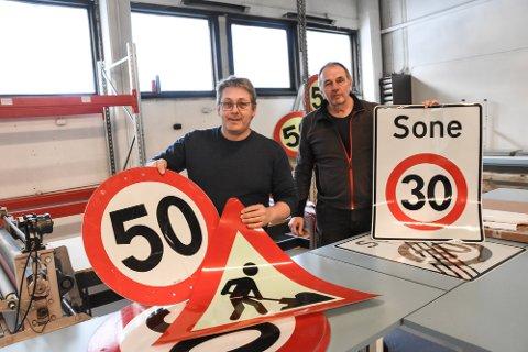 I GANG: Hans Arne Flåto og Bjørn Heggestad er i gang med sitt ReSign AS her på Bruluten i Hjartdal. Planen er å være sju-åtte ansatte om et par-tre år. Foto: Kai Andersen