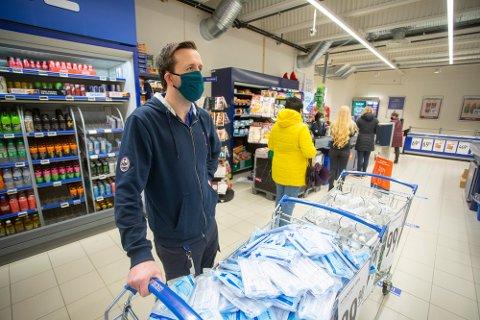 MUNNBIND: Kjøpmann Glenn Hellstrand og hans ansatte må fortsette med munnbind i ytterligere fem uker.