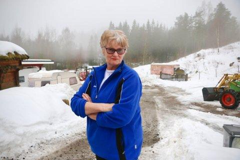 ILLSINT: Liv Turid Rambekk forteller at hun ble illsint da hun oppdaget avfallet i oppkjørselen. Foto: Theo Aasland Valen