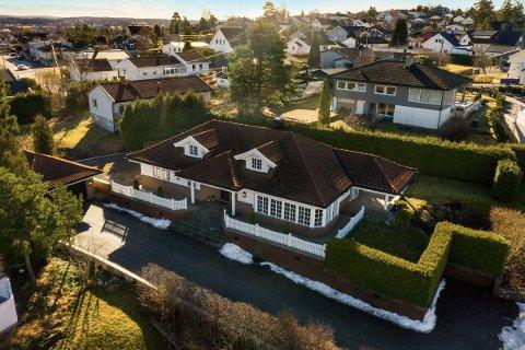 Huset i Hattesvingen 18 har blant annet fem soverom, to bad og dobbel garasje. Til sammen 35 interessenter var på visning her, og til slutt stod det mellom tre budgivere.