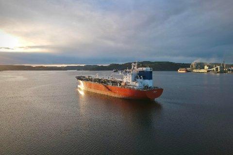 Her er skipet i Grenland, mandag ettermiddag. Foto: Theo Aasland Valen