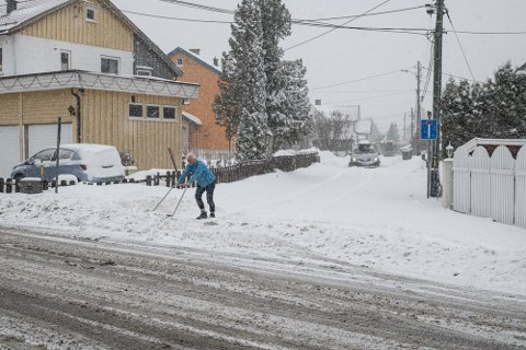 SNØ: Mandag er det ventet kraftig snøvær østafjells. Da kan det være lurt å stå klar med snøskuffa.