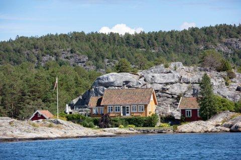 Hytter ved sjøen går dyrere enn noensinne før. Her en hytte på Kjeholmen rett utenfor Gumøy i Kragerø Skjærgård. Illustrasjonsbilde. Foto: Geir Olsen (NTB)
