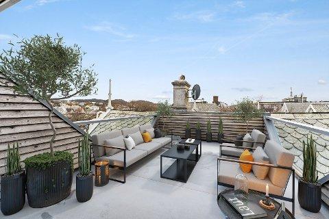 INNBYDENDE: Med fine utemøbler og grønne planter ser denne takterrassen i Flotmyrgata riktig så innbydende ut. Men når potensielle kjøpere kommer på visning, vil de få en ganske annen opplevelse.