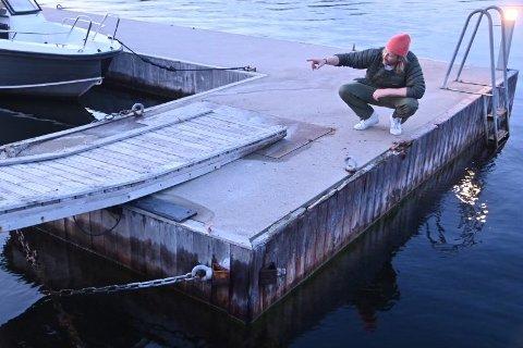 DRAMATISK: Kyrre Alver var vitne til krasjen og viser hvor båten hoppet over brygga for så å kjøre videre. Foto: Nils Jul Lande