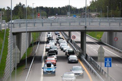 KØ: På E18 i nordgående løp var det søndag ettermiddag saktegående kø. Foto: Theo Aasland Valen