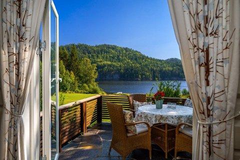 FROKOST: Det burde være helt greit å nyte frokosten på verandaen med denne utsikten. Foto: Fredrik Wiik