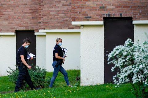 ÅSTED: Politiet gjør undersøkelser på Hellerud tirsdag etter at en kvinne (25) ble funnet død i en leilighet. En 29 år gammel mann er siktet for å ha drept henne. Foto: Terje Bendiksby, NTB
