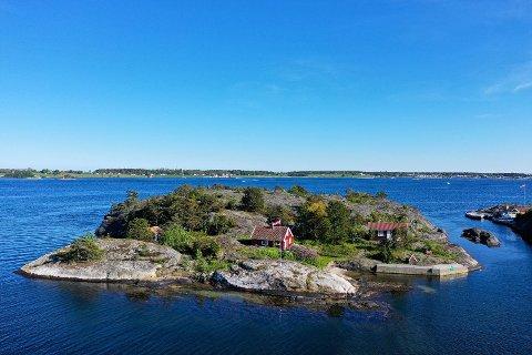 TIL SALGS: Lille Røsholmen ligger midt mellom Oterøy og Jomfruland.