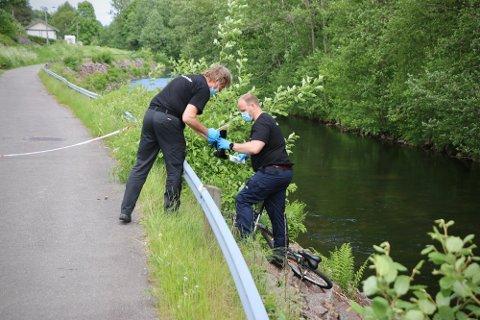 DØDE: Sykkelen til 14-åringen lå igjen på elvebredden og jenta ble funnet 100 meter lenger nede. Politiet etterforsker fortsatt hendelsen.