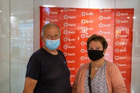 SER AN SITUASJONEN: Tarjei (77) og Bjørg Skipar (71) sier at de kommer til å bruke munnbind av og til, men at det kommer an på situasjonen.