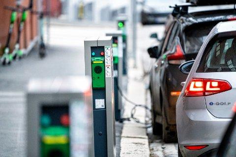 DYRERE: Det koster betydelig mer å lade opp bilen nå enn for et år siden. Foto: Gorm Kallestad/ NTB