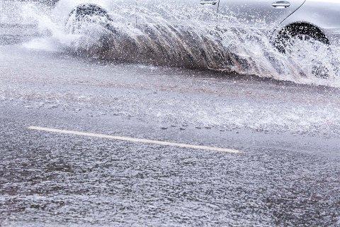 VANNSKADER: Meteorologisk institutt anslår at det lokalt kan komme opp mot 30 mm nedbør mandag.