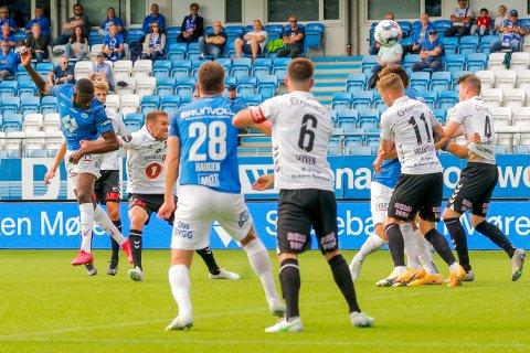 KNALLHARDT:  Moldes Sheriff Sinyan header inn 2-0 etter å ha vunnet duellen emd Espen Ruud.