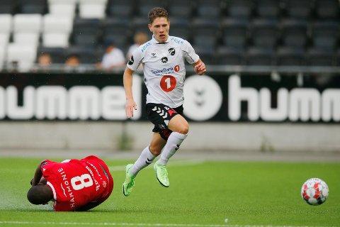 2021: Markus André Kaasa, en av mange lokale spillere i Odd, tar seg forbi Sandefjords Ze Eduardo. Odd kjemper en tøff kamp i eliteserien og NM denne sesongen.
