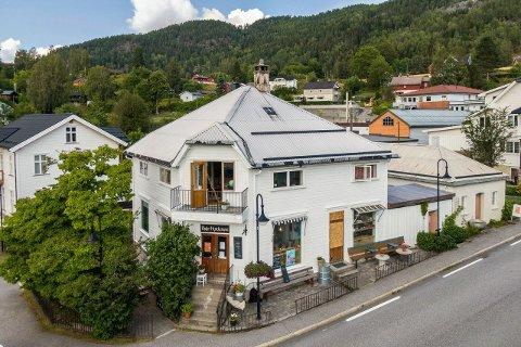 TIL SALGS: Eiendom med leilighet, kafé, bakeri og minihus er til salgs i Kviteseid.