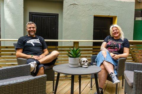 NYTT ELEMENT: Med nyoppusset uteservering gleder Trond Krog Pedersen og Linda Flatlandsmo seg til å ta ta imot gjester igjen.