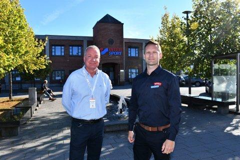 BYGGER NYTT: Snart starter byggingen av en ny Meny-butikk i Klosterfossbygget, som ses i bakgrunnen. Her senterleder Bent Rosenberg og butikksjef i Meny, Kim Nymoen.