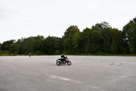 TRENING: Banen ved Skien trafikkstasjon har sin viktigste funksjon som en del av førerprøven for motorsykkel. Samtidig  kan også private bruke banen og trene på ulike ferdigheter. NB! Det kom nesten ikke en lyd fra motorsykkelen som ses på bildet.