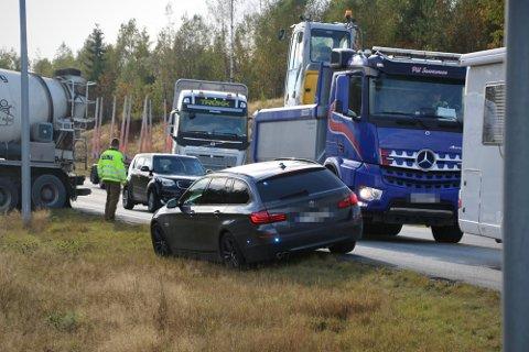 SPERRET AV: Flere veien ble sperret av som følge av jakten på fluktbilen fredag.
