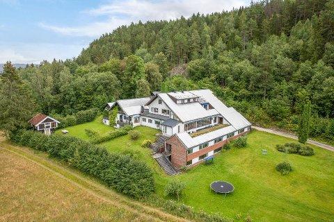 MANGE ROM: Denne eiendommen i Lunde ligger nå ute for salgs. Megleren ser for seg at den kan drives som pensjonat eller kanskje et kurssenter.