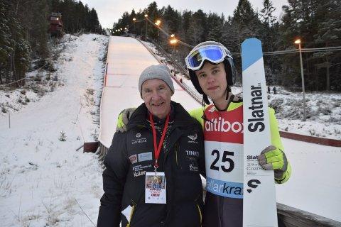 Takker: Marcus Flemstrand (18) fra Telemark Hopp og Skien takker 87 år gamle Bjørn «Gokke» Småkasin for jobben han har gjort med å utvikle Tveitanbakken til en prima arena.