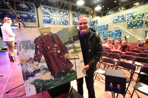 """Hjartdalbanken ved Rune Zeylon kjøpte maleriet """"Pike med vogn"""" av Tor Arne Moen og ga med det 25 000 kroner til aksjonen"""