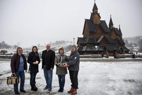 FJERDE ÅRET: – Det er dønn trivelig med julemarked, sier Synnøve Skogen Håberg (f.h.) og Anne Marie Halvorsen, Terje Nyvoll-Todnem, Rachel Dix og Bente Harbek Clausen er helt enige.