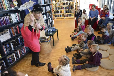 BESTEMOR SKOGMUS: Ordfører Gry Blöchlinger spilte på alle strenger da hun overrasket barna med skuespill basert på Hakkebakkeskogens finurlige verden.