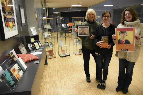 Hyller Hans: Fra venstre Gunn Jorun Mælandsmo Flåta, Bjørg Tråserud og Karen Hagen ved Notodden bibliotek hedrer forfatter Hans Herbjørnsrud på 80-årsdagen med en flott utstilling på biblioteket. Den blir stående ut januar måned.