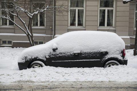 NEDSNØDD: Det er farlig å slurve med børsting av snø og skraping av bilvinduer. (Illustrasjonsfoto)