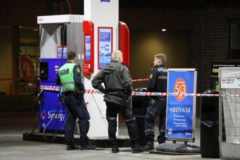 TEKNISKE UNDERSØKELSER: Politiet utførte tekniske undersøkelser på stedet etter ranet. Nå venter de på svar fra prøvene.