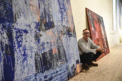 NORD: Lørdag kan du se den mektige utstillingen «Nord» på Telemarksgalleriet. Her kunstner Yngve Henriksen med to av verkene sine.