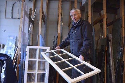 1. REHABILITERT: Glass-Bakka fikser gamle vinduer og synes det er viktig å ta vare på kvaliteter. 2. SOM NYTT: Lille speil på veggen der, gikk i stykker. Glass-Bakka fikset. 3. BESTE VENN: Glasskjæreren er Oddvars beste venn. 4. HYGGELIG: – Det er hyggelig når de unge finner veien til en gammel mann og de snakker om Bakka Glass som et lokalt begrep, sier Oddvar Bakka. 5. MANGE TONN: Oddvar Holla vet ikke hvor mange hus han har isolert og hvor mange tonn med Glava som har gått gjennom isoleringsmaskinen. 6. RENSEMASKIN: – Det er viktig å ta vare på helsa, derfor investerte jeg i en rensemaskin som jeg bruker 20 minutter hver dag for å få unna støvet jeg tross alt jobber i, sier Oddvar Holla. 7. PØSER UT: 75-åringen kryper på loft som en spretten kanin og sørger for varme hus. 8. FILTER: Oddvar har alltid satt pris på god helse og høy grad av sikkerhet. Han er sin egen HMS-sjef.