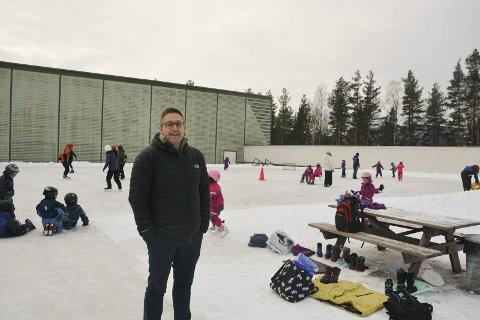 Ikke miste: Hans Arne Flåto ber Notodden Idrettsråd og Notodden kommune om ikke å glemme skøytegruppa og deres behov når det diskuteres utvidelse av Notodden idrettshall. Isflaten i bakgrunnen kan gå med i dragsuget av en eventuell utbygging.
