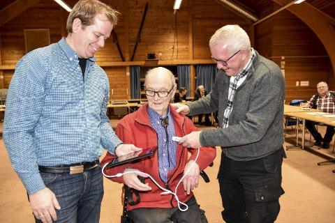 INNSAMLING: Terje Hegard, Arvid Gullbring og Egil Rye-Hytten med det moderne ultralydutstyret, som det nå skal samles inn penger til, slik at legene ved Notodden sykehus kan få dette i hus.