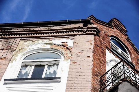 Murstein: På bygårdens side mot Aasmund Vinjes gate løsner mursteinen og faller ned.