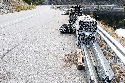 Nær 20 kilometer med slikt rekkverk som dette blir montert langs telemarksvegene i år. Dette er fra rv. 36 langs Seljordsvannet.