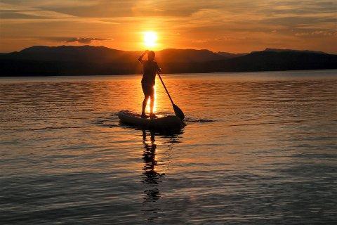 BILDE NR 5: Padling i solnedgang på Follsjø.